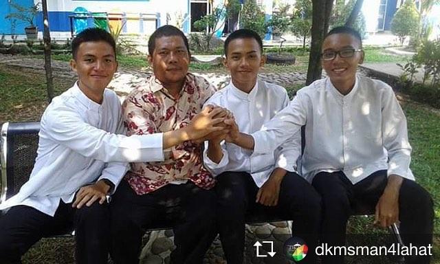Kandidat Ketua OSIS foto bersama Pembina OSIS, Bapak Rahmad Alamsyah, S.Pd.